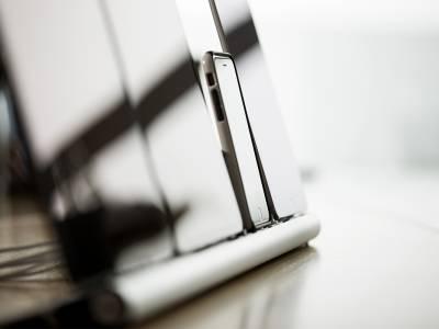 Eine Ladestation, auf der iPads und ein iPhone stehen