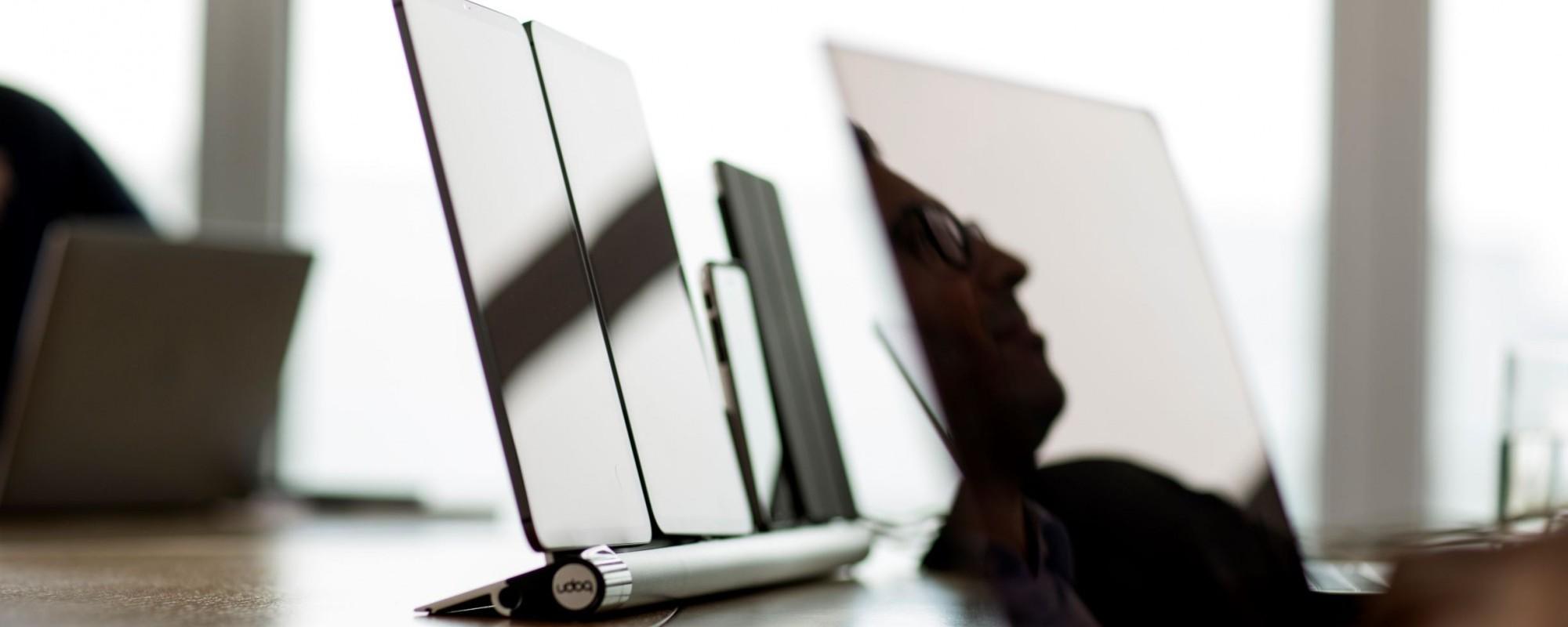 Eine Ladestation auf einem Schreibtisch welche vier Handys gleichzeitig auflädt.